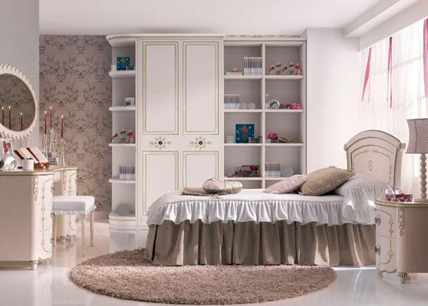 Habitación infantil Románticalacada en blanco con decoración en crema. El Cabezal de cama es personalizable con el nombre del ni&ntil