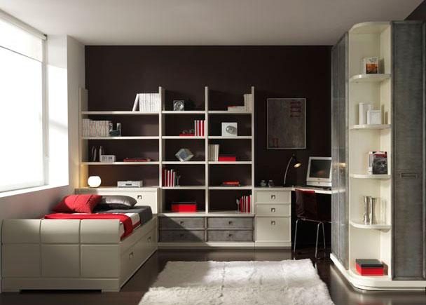 <p>Habitación infantil en decapado blanco y plata. Destacan las puertas con marco macizo, de lineas elegantes y sencillas.</p>
