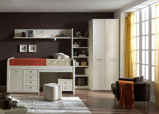 <p><strong>Habitaci&oacute;n infantil en decapado blanco</strong> con detalles macizos, tales como los interiores de cajones y marcos de puertas.</p>