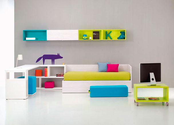 <p>Habitación Juvenil con cama canapé abatible, Estantería soporte de mesa, Mesa de estudio, Módulo puerta colgar, modulos estantería, Mesa TV y puf opcional.</p>