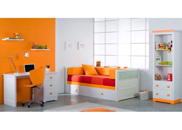 Destaca el plafón decorado de la cama nido el cual es reversible y se puede personalizar con el nombre del niño.