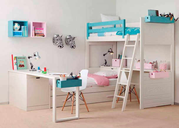 Dormitorio con litera y cama nido íntegramente fabricado en madera de haya y acabado con lacas texturada color Blanco Roto, Dragón y Rosa Palo.
