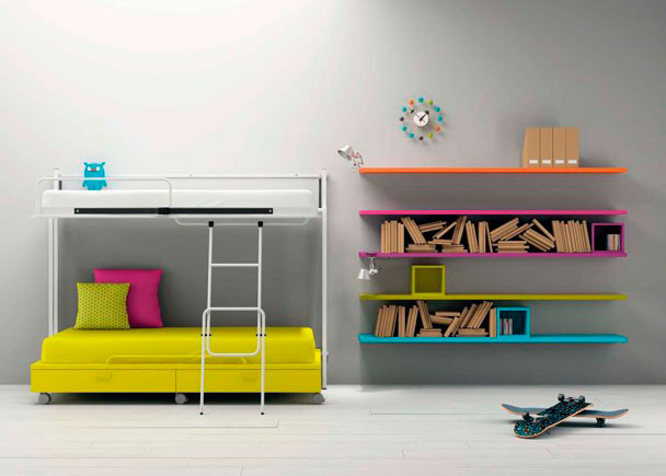 <p>Habitación con cama abatible superior con estructura metálica que le aporta ligereza a la composición. Un vano inferior permite alojar las más variadas combinaciones, desde un escritorio a una cama nido</p>