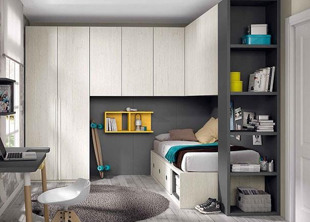 <p>Habitación juvenil equipada con un compacto con base de 3 contenedores y un hueco decorativo diáfano. El ambiente cuenta con altillo puente, armario de dos puertas, un terminal decorativo con estates y un escritorio independiente.</p>