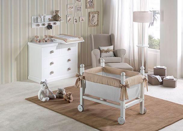 Dormitorio de bebé equipado con una minicuna y una cómoda de 3 cajones totalmente lacados, tanto interior como exteriormente. Como complementos op