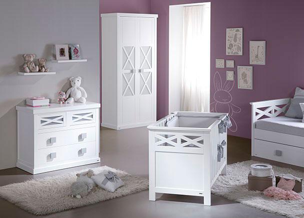 <p>Dormitorio infantil equipado con una minicuna y una cómoda de 3 cajones modelo aspas con metacrilato y armario a juego totalmente lacados, tanto interior como exteriormente.</p>
