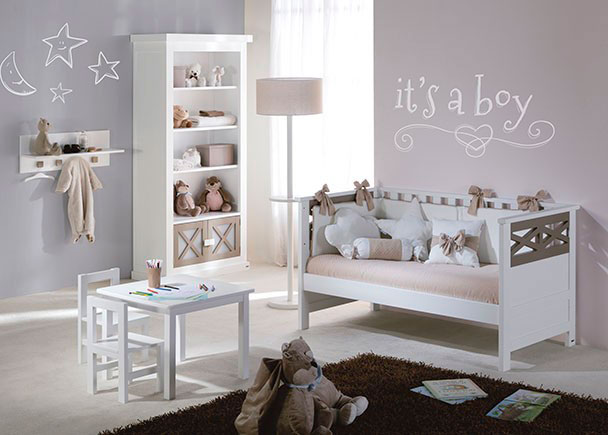 Dormitorio infantil equipado con una cuna para colchón de 70 x 140, un librero con puertas y una mesa de juegos. Los muebles van lacados tanto interior c