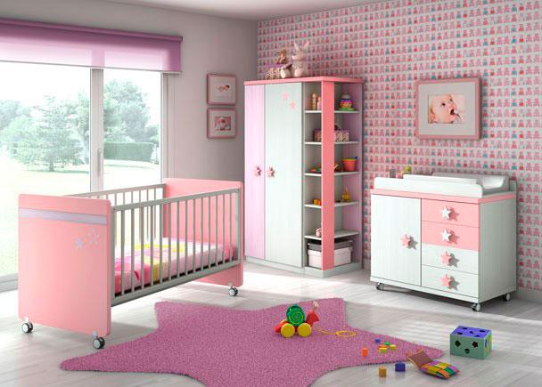 Dormitorio infantil equipado con una cuna con ruedas de dos barandillas (una de ellas deslizante)Junto al ventanal, hemos colocado un armario bajo de 180