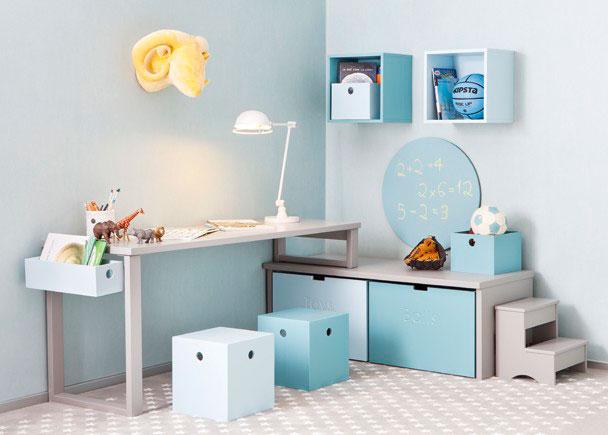 Zona de estudio compuesta por un escritorio de 150 que apoya sobre una pata modelo OPEN de 74 cm h y otro corto de 28 cm que apoya a su vez sobre dos jugueteros