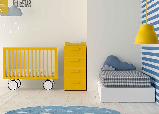 Habitación infantil con cuna convertible con ruedas.Los elementos que aparencen en la imagen son los siguientes:-Cuna Con Ruedas Y Barandilla