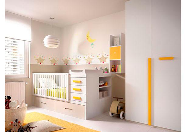 <p>Este Dormitorio de Beb&eacute;, ha sido equipado con una Cuna convertible y un Armario recto de 1 metro con una puerta lisa y otra de paneles combinados.</p>