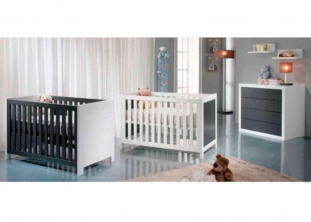 <p>Dormitorio para 2 bebés con 2 cunas SPORT, cómoda y complementos decorativos</p>