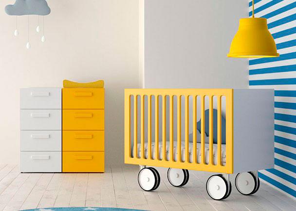 <p>Cuando es un beb&eacute;, el ni&ntilde;o duerme en la cuna, en su habitaci&oacute;n. Si es necesario puedes mover la cuna para trasladarla al dormitorio principal ya que dispone de ruedas.</p>