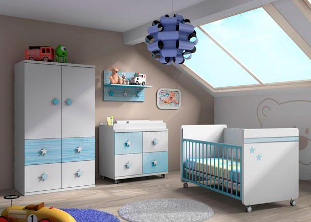 Dormitorio infantil equipado con una práctica cuna con ruedas de barandilla deslizante.Como complementos se han incorporado a la composición &nbsp