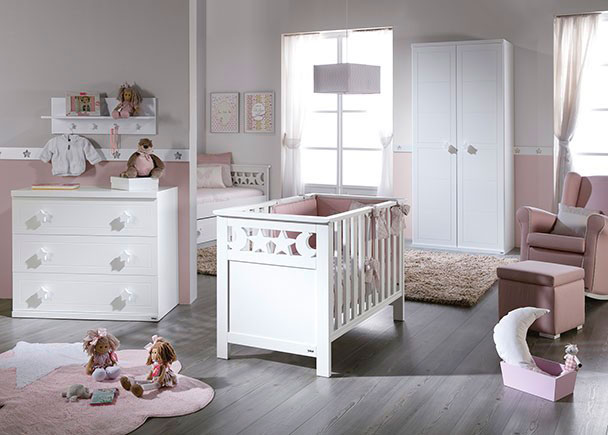 Dormitorio infantil equipado con una cuna, una cómoda de 3 cajones y un armario a juego totalmente lacados, tanto interior como exteriormente.