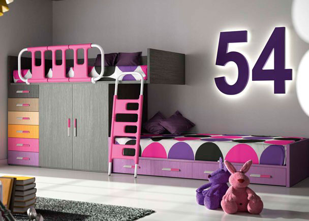 <p>Habitación infantil compuesta por una litera tipo tren con armario de 2 puertas de 100 cms y block de 6 cajones de 50 cms. Original guardamiedos basculante y compacto de 4 cajones.</p>