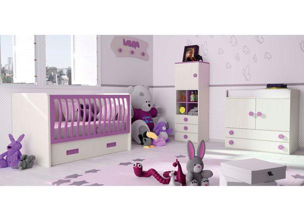 Dormitorio bebé compuesto por una cuna fija para colchón de 70x140 con base de madera, barandilla movil y cajón grande con ruedas. Lo compl