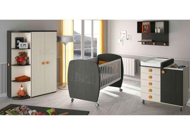 Dormitorio bebé con una cuna de laterales curvos y ruedas pequeñas con dibujo laser; módulo cambiador de 5 cajones y puerta, armario de 2 p