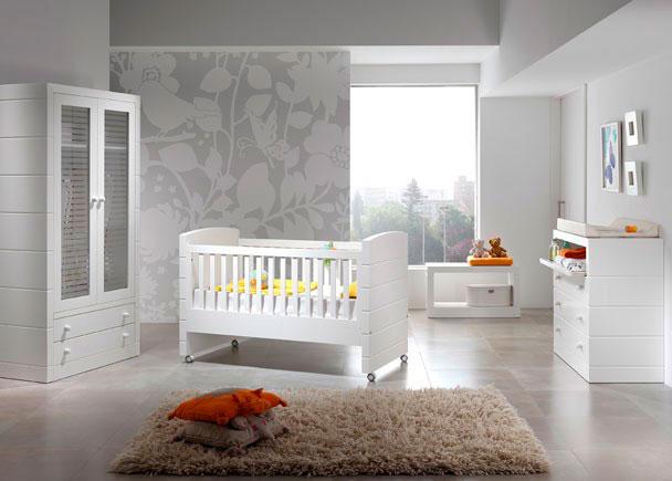 Dormitorio para bebé con cuna de 140, armario 2 puertas, banqueta zapatero y cambiador cómoda.