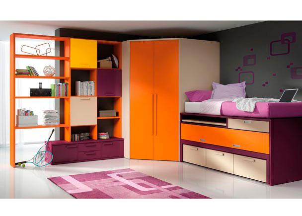 <p>Dormitorio juvenil con vestidor chaflán, bicama block de 90x190 con escritorio, librería a dos caras con puertas y bajo de cajones y puertas.</p>