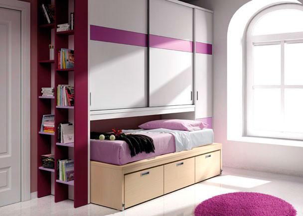<p>Dormitorio juvenil compacto bajo con cajones y armario en la parte superior con puertas correderas, armario lateral y librerías.</p>