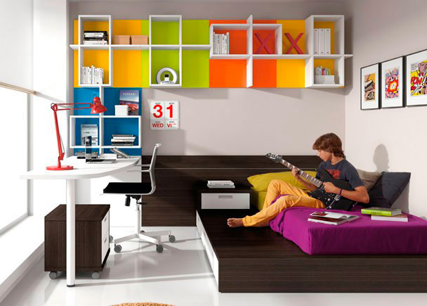 <p>Dormitorio juvenil cama tatami con 3 contenedores y arrimadero a pared, sobre con forma curva, estanterías a pared con traseras de diferentes colores.</p>