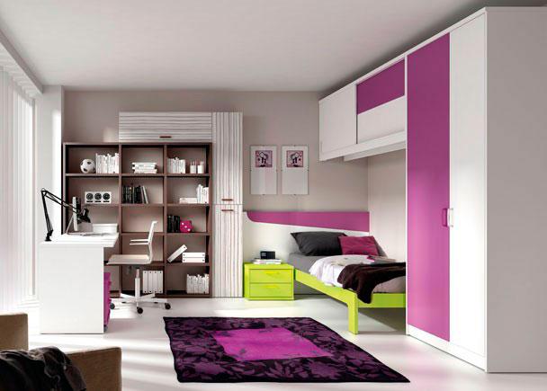 <p>Dormitorio con cama aro de 90x190 y cabezal corrido con mesita, armario a los pies de la cama que se completa con puente altillo de puertas correderas.</p>