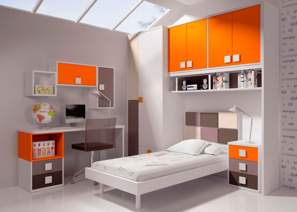 <p>Luminosa habitaci&oacute;n infantil decorada con una cama de cabezal tricolor y complementos en colores llamativos.Dispone de un altillo puente de 4 puertas sobre la cama, cuyos frentes se han realizado en color naranja.La &nbsp;base del altillo puente, la ocupa una estanter&iacute;a de pared di&aacute;fana de 160 de largo.Un m&oacute;dulo bajo de 3 cajones, cuyos frentes se han decorado en tres colores diferentes, hace la funci&oacute;n de mesita de noche.En la segunda pared, se ha situado la zona de estudio, compuesta por una encimera recta, cuyos &aacute;ngulos se han suavizado en curva (160 x 50 F x 3)La mesa se apoya sobre un costado y un m&oacute;dulo bajo con 2 cajones + huecoLa composici&oacute;n mural, se ha realizado combiando un m&oacute;dulo colgante con puerta vertical de 34 x 68 h x 26, otro m&oacute;dulo horizontal con puerta, de 68 x 34 x 26 y un m&oacute;dulo di&aacute;fano para colgar, de 34 x 34 x26</p>