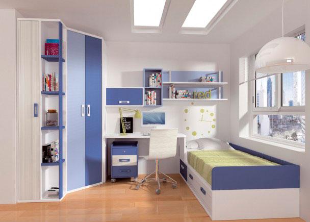 <p>Amplia habitación juvenil decorada en tonos azules y blancos.<br />Dispone de una gran zona de armario, compuesta de un armario rincón chaflán + terminal zapatero.<br />Junto al armario se sitúa la mesa de estudio, una encimera recta de 140 con los cantos suavizados en curva, que se apoya a la cama compacta, gracias a un costado especial.</p> <p></p> <p>La cama es un nido para somier de 90 x 190, con base de tablero + brazos y respaldo en tono azul intenso + cajonera inferior.</p>