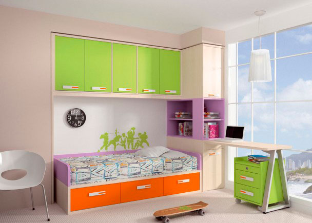Dormitorio infantil decorado con colores alegres. Dispone de una cama nido con base de tablero, que dispone de cajonera en la parte inferior en color naranja. L
