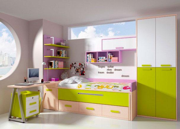 <p>Dormitorio infantil con amplio armario bicolor de 4 puertas.<br />Junto al armario hemos situado la zona de descanso, compuesta por un mueble compacto de 2 camas con base de tablero. La cama se ha rematado con respaldo y brazo en color rosa.<br />Dispone de cama deslizante y de base de cajones.<br />En la cabecera de la cama hemos colocado un arc&oacute;n zapatero, que sirve de base de apoyo a la mesa de escritorio.<br />Sobre &eacute;sta, descansa una librer&iacute;a mural de 137 cm de altura.<br />El equipamiento se ha completado con diferentes elementos colgantes sobre la pared de la cama (di&aacute;fano horizontal en rosa y m&oacute;dulo con puerta elevable combinado en rosa y blanco.</p>
