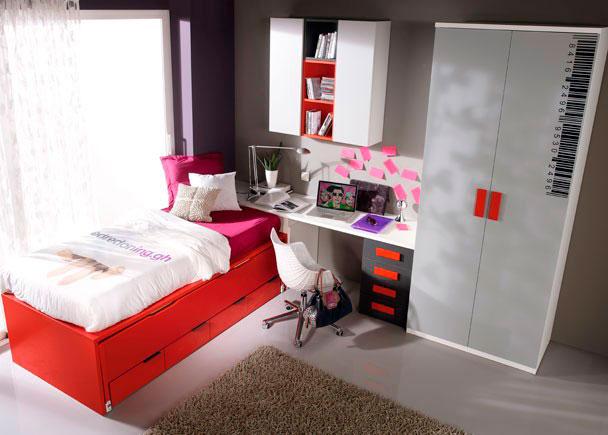 <p>Habitación juvenil equipada con armario recto de dos puertas.</p> <p></p> <p>Dispone de una mesa de estudio compuesta por una encimera recta de 200 cm de largo soportada con un módulo bajo de 4 cajones.</p> <p></p> <p>La cama es un compacto con nido oculto y 4 gavetas.</p> <p></p> <p>Se ha añadido una composición mural realizada con dos módulos altos abatibles verticales de una puerta y una composición de estanterías cúbicas en dos colores.<br />Como complemento se ha incorporado un vinilo a modo de código de barras en color negro sobre una de las puertas del armario.</p>