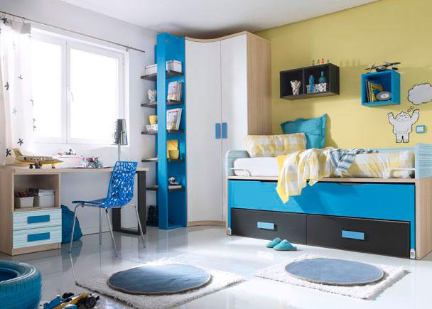 Dormitorio infantil con espacioso armario rinconero con una puerta curva y una recta.  En uno de los costados se apoya un compacto con brazos de dos cam