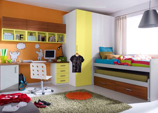 Dormitorio infantil con armario vestidor con una puerta ciega y otra practicable.  Compacto con dos camas y dos cajones con ruedas.  Zona de est