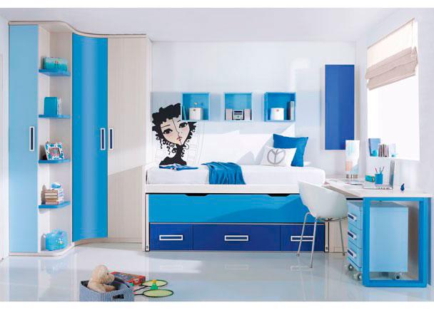 """<p>Dormitorio infantil con práctico armario rincón curvo-recto de dos puertas, rematado en uno de sus costados con un mueble terminal zapatero de una puerta y estantes vistos acabados en color.</p> <p></p> <p>Compacto de dos camas con nido oculto y 3 contenedores. Sobre la cama se ha realizado una composición mural con tres estanterías """"cubo"""" acabadas en color y un módulo alto abatible vertical de una puerta.</p> <p></p> <p>Zona de estudio compuesta por una encimera decreciente de 240 de ancho y 60 cm de fondo, apoyada sobre un arcón zapatero en uno de sus extremos y sobre un pie doble acabado en color en el otro. Bajo la mesa de estudio, hemos situado una mesita con ruedas de 45 cm de ancho con 3 cajones.</p>"""