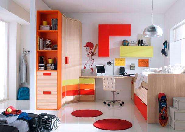 <p>Alegre habitación infantil con armario chaflán-recto de dos puertas de 5 paneles rematado por un armario estantería- zapatero de dos cestos sobre uno de sus costados.</p> <p></p> <p>Compacto cama con nido oculto y dos contenedores.</p> <p></p> <p>Zona de estudio realizada con una encimera recta de 240 de ancho, apoyada sobre un arcón zapatero en uno de sus lados y un módulo bajo de 4 cajones de colores en el otro extremo.</p> <p></p> <p>Sobre la misma se ha realizado una composición mural a base de módulos altos de puerta abatible, dispuestos en posición horizontal y vertical.</p>
