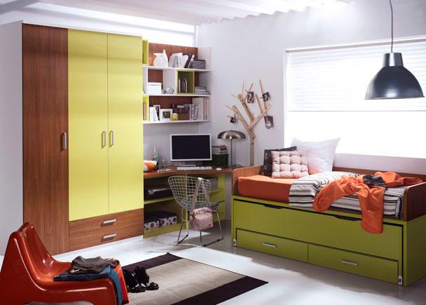 <p>Dormitorio juvenil con amplia armariada compuesta por un armario de 3 puertas (una larga en uno de los cuerpos y otras dos más cortas con dos cajones vistos en el otro cuerpo)</p> <p></p> <p>Compacto cama de dos brazos con nido oculto y 2 gavetas. El pasamanos se ha resaltado en un acabado distinto al resto del compacto..</p> <p></p> <p>La zona de estudio se ha ubicado perfectamente entre el espacio que resta entre los armarios y la cama compacta, y se ha realizado con una encimera chaflán que nos permite aprovechar la totalidad del ángulo. Esta se apoya sobre un costado en ángulo y dos módulos bajos de 75 cm de ancho con estante, acabados a tono. La zona se ha completado con una composición mural, realizada a base de 3 estanterías de 1 solo hueco acabadas en colores diferentes y dos estanterías puzzle con trasera, de 3 huecos cada una de ellas.</p>