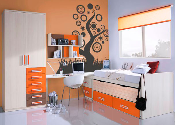 <p>Dormitorio juvenil con armario &ldquo;estaciones&rdquo; de 2 puertas con 6 cajones vistos acabados en 2 colores diferentes.</p> <p>&nbsp;</p> <p>Mueble compacto de dos camas con nido oculto abatible y dos contenedores terminados en color.</p> <p>&nbsp;</p> <p>La zona de estudio se ha situado entre el espacio restante entre el armario y la cama compacta, y se se compone de una encimera recta de 240 que descansa sobre un arc&oacute;n extra&iacute;ble de dos contenedores en uno de sus extremos y sobre un costado en &aacute;ngulo en el otro de sus lados.</p> <p>&nbsp;</p> <p>Sobre la zona de estudio, hemos realizado una composici&oacute;n mural a base de estanter&iacute;as puzzle con traseras combinadas en dos tonos contrastados.</p>