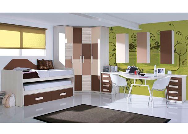 <p>Habitaci&oacute;n juvenil equipada con amplia armariada integrada por un armario rinc&oacute;n chafl&aacute;n de dos puertas (acabadas con 4 paneles combinados de manera alterna) y otro armario de un cuerpo de 40 cm de ancho de 1 puerta con el mismo acabado.</p> <p>&nbsp;</p> <p>Zona de descanso formada por un mueble compacto de dos camas y dos contenedores y terminada con un panel decreciente que decora al tiempo que a&iacute;sla al mueble del contacto directo con la pared.</p> <p>&nbsp;</p> <p>Para la zona de estudio se ha elegido una amplia y original encimera de forma libre que se apoya sobre un pie met&aacute;lico doble especial para mesa de despacho y dos m&oacute;dulos bajos de 45 cm de ancho, con 4 cajones cada uno de ellos.</p> <p>&nbsp;</p> <p>Sobre la pared, se ha optado por 3 m&oacute;dulos verticales de puerta abatible, en tres tonos diferentes y dispuestos espaciadamente.&nbsp;</p>