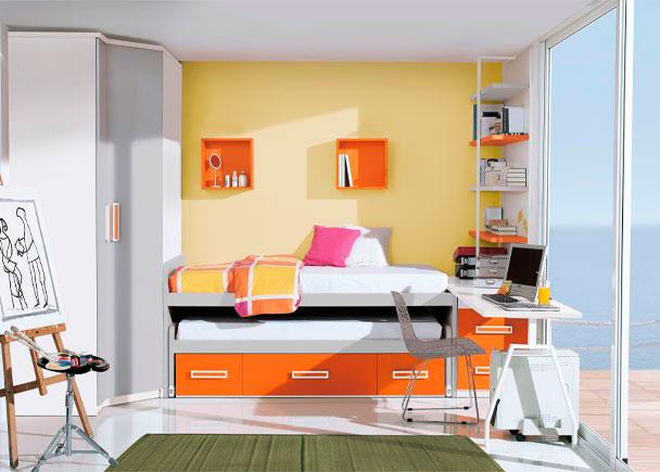 <p>Dormitorio infantil con armario chaflán-recto de 87,5 x 158 y 240 cm de altura (2 puertas). Uno de los costados es más ancho para ubicar el mueble compacto de dos camas con 4 contenedores en la parte inferior del mismo. Sobre la cama se ha realizado una composición mural a base de estanterías cúbicas de 33 x 33 en color a tono con los complementos.</p> <p></p> <p>La zona de estudio se ha realizado con una encimera recta de 240 de ancho que apoya uno de sus lados sobre un arcón extraíble de dos contenedores y un pie metálico doble en su lado opuesto (se ha incorporado un soporte extensible con ruedas para la CPU). Junto a la mesa de trabajo, se ha colocado también una estantería de 1 m de ancho x 164,5 de altura con soporte de metal y 4 estantes, que descansa igualmente sobre el arcón extraíble. Esta estantería dispone de un panel trasero que en la composición viene terminado en color blanco.</p>