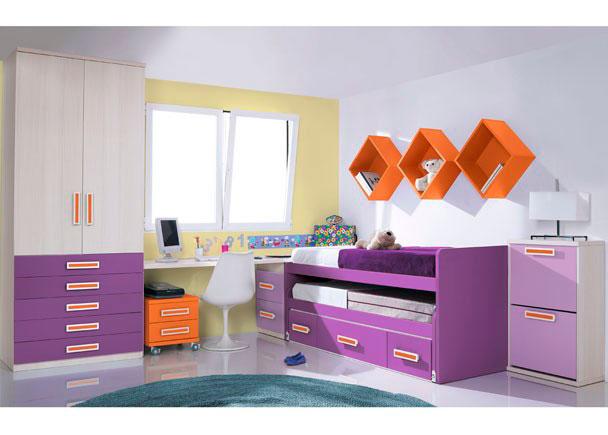 <p>Dormitorio infantil con armario-xinfonier recto de dos puertas y 5 cajones vistos acabados en color.</p> <p></p> <p>Compacto de dos camas con tres contenedores en su parte inferior.</p> <p></p> <p>La zona de estudio se ha realizado con una encimera recta de 240 de ancho que apoya uno de sus lados sobre un arcón extraíble de dos contenedores y un costado ángulo. Bajo la misma se sitúa una mesita con ruedas de 45 cm de ancho y dos cajones.</p> <p></p> <p>Sobre la cama se ha realizado una simpática composición mural con tres estanterías cubo de 33 x 33, colocadas en posición romboidal.</p> <p></p> <p>El amueblamiento se completa con un mueble zapatero de de 2 puertas.</p>