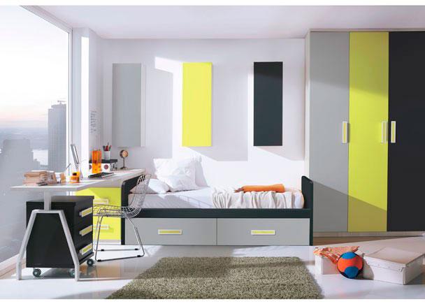 <p>Luminoso dormitorio juvenil equipado con armario de 3 puertas de 135 de ancho (cada una de las cuales lleva un &nbsp;acabado de color distinto)<br />Junto al armario hemos situado la cama nido de 90 x 190, que incorpora dos cajones con ruedas. <br />A continuaci&oacute;n de la cama nido, hay un arc&oacute;n exta&iacute;ble con dos contenedores, que sirve&nbsp;de base a la encimera de 240 que cosstituye la mesa de estudio y que apoya sobre un pie met&aacute;lico doble en su lado exterior.<br />Bajo la misma, se esconde una mesita con ruedas de 3 cajones, que permite desplazarla comodamente.<br />Por &uacute;ltimo la composici&oacute;n mural realizada con tres m&oacute;dulos altos de puerta abatible, colocados verticalmente y separados entre ellos, presentan el mismo acabado de color que las puertas del armario, creando as&iacute; un resultado despejado y conectado visualmente con el resto de elementos que componen la estancia.</p>