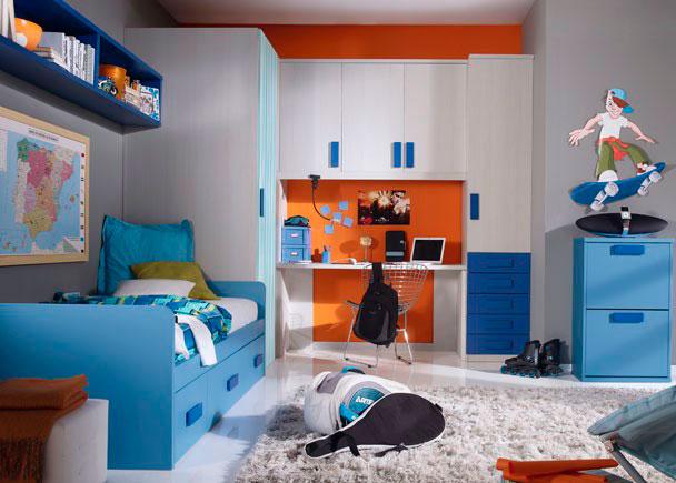 Habitación infantil con armario xinfonier de 1 puerta y 5 cajones vistos.Dispone también de un amplio armario-vestidor de una sola puerta practica