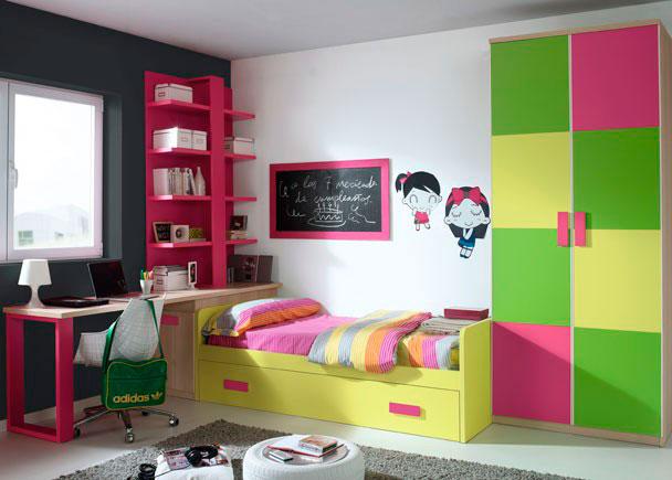 <p>Dormitorio infantil con armario de 1m de ancho, con dos puertas decoradas con 4 paneles de colores contrastados.</p><br /> <p>Para la zona de descanso, hemos elegido una cama nido &nbsp;de 90 x 190 con arrastre.</p><br /> <p>Junto a la cama se sit&uacute;a un pr&aacute;ctico arc&oacute;n zapatero de 1m x 49 de fondo, que sirve de apoyo a la mesa de trajo, formada por una encimera recta de 220, sobre la que descansa una estanter&iacute;a de 4 estantes y 164,5 cm de altura.<br />El otro apoyo de la mesa lo ofrece un pie doble de tablero terminado en uno de los tonos presentes en los acabados.&nbsp;</p>