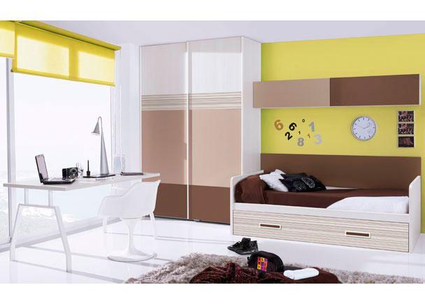 <p>Dormitorio juvenil amueblado con un amplio armario de puertas correderas decoradas con paneles de colores .<br />Junto al armario, hemos situado la zona de descanso, para la que hemos optado por una cama nido de 90 x 190 y que incorpora un arrastre en su parte inferior.<br />La cama se ha rematado conun panel recto de 204.</p><br /> <p>La mesa de trabajo la constituye una encimera recta de 150 x 80 de fondo, apoyada por dos ies metálicos dobles, especiales para mesa de despacho.</p><br /> <p>Se ha completado el amueblamiento con dos módulos altos de puerta abatible colocados horizontalmente sobre la cama, cada uno de ellos con la puerta en un tono de acabado diferente.</p>