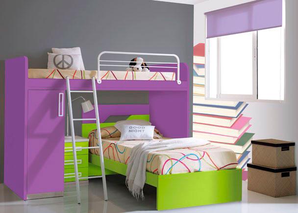 Dormitorio infantil amueblado con cama modelo TOP de 90 x 190 de cabecero acabado en dos colores contrastados.Sobre ella y en posición transversal, se si