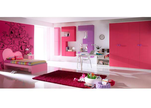 <p>Dormitorio infantil con espaciosa armariada compuesta por dos armarios de 2 puertas.<br />La zona de descanso la compone una cama modelo NUBE de 90 x 190 terminada en rosa junto a la que hemos situado una mesita de 45 cm de ancho y 3 cajones. <br />La mesa de estudio, la compone una encimera de forma libre realizada según diseño (máx 280 x 150), que apoya uno de sus lados, sobre un módulo bajo de 90 de ancho x 49 de fondo, con un estante visto, y sobre un pie metálico doble especial para mesas de despacho.</p> <p></p> <p>La divertida composición mural realizada a base de módulos altos de puerta abatible, reproduce los números 1, 2 y 3, en color diferente (rosa, fucsia y mora) cada uno de los números.</p>