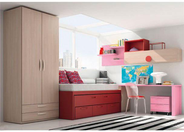 <p>Dormitorio infantil con armario de 102 cm de ancho, con 2 puertas y dos cajones vistos.<br />La zona de descanso la compone un mueble compacto de dos camas, una superior de 90 x 190 y una inferior oculta de 90 x 180. El compacto dispone de 3 cajones en su parte inferior de la misma profundidad de la cama.<br />Junto al compacto, hemos situado un arcón de una puerta sobre el descansa la encimera que da lugar a la mesa de estudio (un sobre recto cortado a 250), que apoya su lado más exterior sobre un costado soporte con el mismo acabado que la encimera.</p> <p></p> <p>Sobre la pared, se ha realizado una desenfadada y atrevida composición mural. Para ello, hemos jugado con unos estantes libres apoyados sobre una trasera y anadido un módulo con puerta abatible de 150, sobre el que apoya otro diafano. Cada uno de los elementos colgantes presenta un color de acabado diferente.</p>