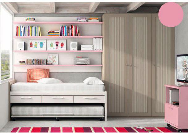 <p>Dormitorio infantil con amplia armariada de 3 puertas de 151,8 de ancho x 226,4 de altura.<br />Junto al armario se sitúa la cama, para lo que hemos elegido un mueble compacto de dos camas (cama inferior vista de base con ruedas), que incorpora 3 cajones en su parte central.<br />Sobre la pared, se ha realizado una composición de estantes con trasera, uniendo 4 elementos de 2m de largo que dan una sensación de unidad.<br />La composición se ha complementado con un módulo TV de un hueco y cajón contenedor.</p>