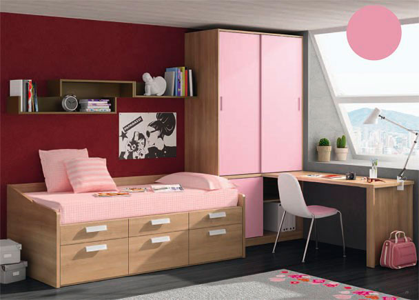 <p>Habitación infantil con armario de dos puertas correderas en la parte superior. La parte inferior del armario presenta una puerta corta y un hueco con estante visto.</p> <p></p> <p>Junto al armario, se sitúa la mesa de trabajo, formada por un sobre recto de 150,3 x 60 cm de fondo, que apoya sobre un soporte especial para mesa de estudio, de 58 cm de profundidad.</p> <p></p> <p>Para la zona de descanso, se ha elegido un compacto de una sola cama, con base de 3 cajones y 3 contenedores.</p> <p></p> <p>Por último, hemos añadido sobre la pared de la cama, una composición mural, realizada con módulos colgantes diáfanos de 100 y 80 cm de largo x 16 cm de altura.</p>